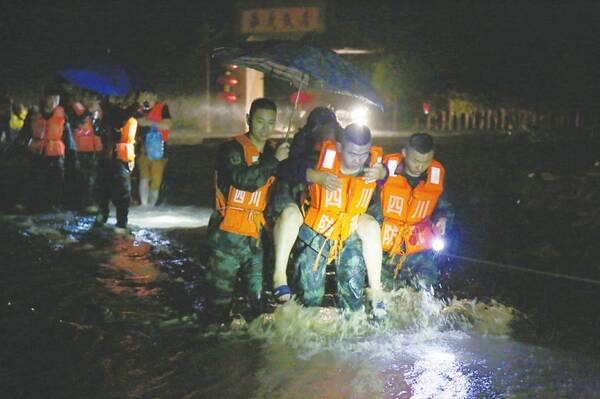 救援被困群众。