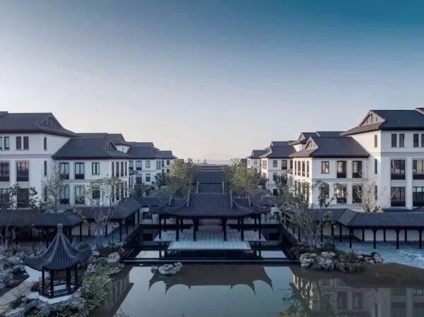 舟山绿城育华国际学校位于浙江省舟山市长峙岛,是一座中式气息浓厚的