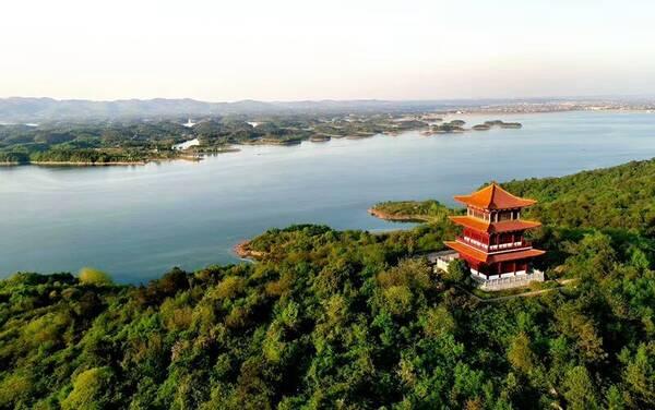 闻名遐尔的洈水风景区位于松滋市西南部,地处长江三峡,荆州古城,湖南