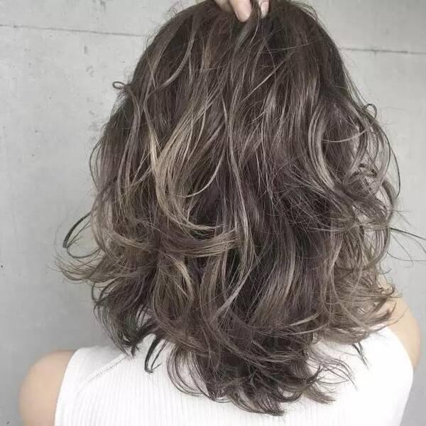 想剪短发又担心头发不好留长,那一定要试试今年爆火的锁骨发哦,既能