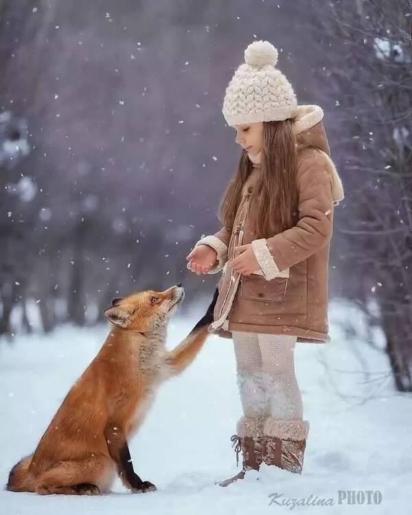 动物和小孩唯美图片
