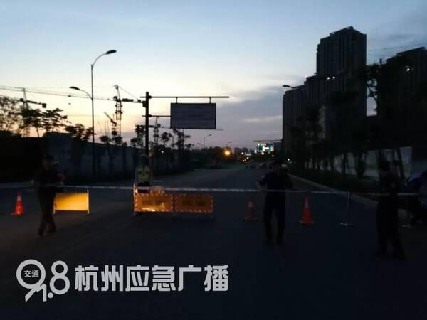 突发 杭州三墩发生大面积路面塌方,一辆挖掘机掉进坑图片 22561 600x450