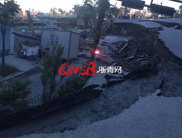 突发 杭州三墩发生大面积路面塌方,一辆挖掘机掉进坑图片 37639 600x455