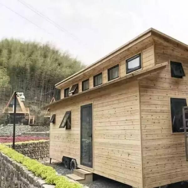 轻钢结构搭建而成的球形屋,就像是长在树上的房子,特别有野趣.