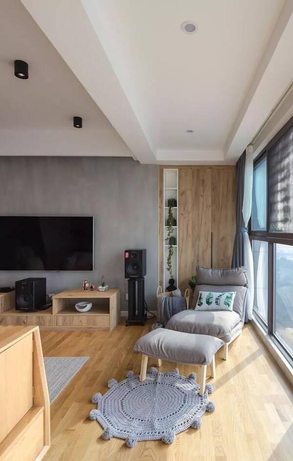 说到这个家的亮点,无疑是它的客厅打通阳台的设计了,长达8米的大