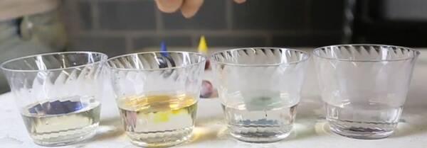 3. 加入色素 在4个杯子中分别放入不同颜色的色素,搅拌均匀;比如无糖的是红色CSGO竞猜平台CSGO竞猜平台CSGO竞猜平台,2勺糖的是紫色CSGO竞猜平台,4勺糖的是黄色,6勺糖的是蓝色; 4. 将不同颜色的溶液分层滴入试管 先在试管中倒入一层蓝色水CSGO竞猜平台,接着用吸管吸取黄色水,沿着杯壁滴入试管中CSGO竞猜平台CSGO竞猜平台CSGO竞猜平台;以同样的方法将紫色水和红色水放入试管中。