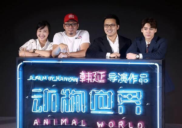 发布会上,电影推广曲《尾巴》演唱者苏运莹现场演唱歌曲,结合影片故事