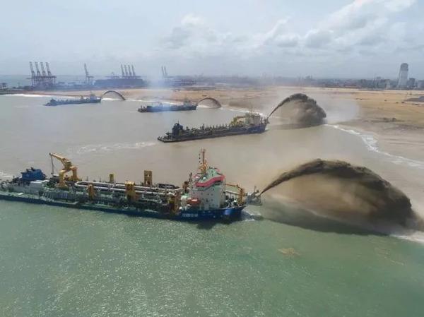 美航母刚开进南海演习 中国4艘造岛神器就出海反击