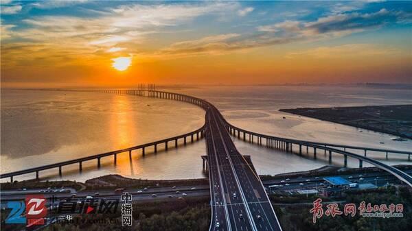 航拍青岛胶州湾跨海大桥火烧云 霞光旖旎场面唯美壮观