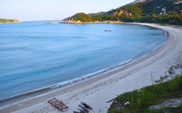 南澳岛的青澳湾是沙质细软的缓坡海滩,海水清澈,盐度适中.
