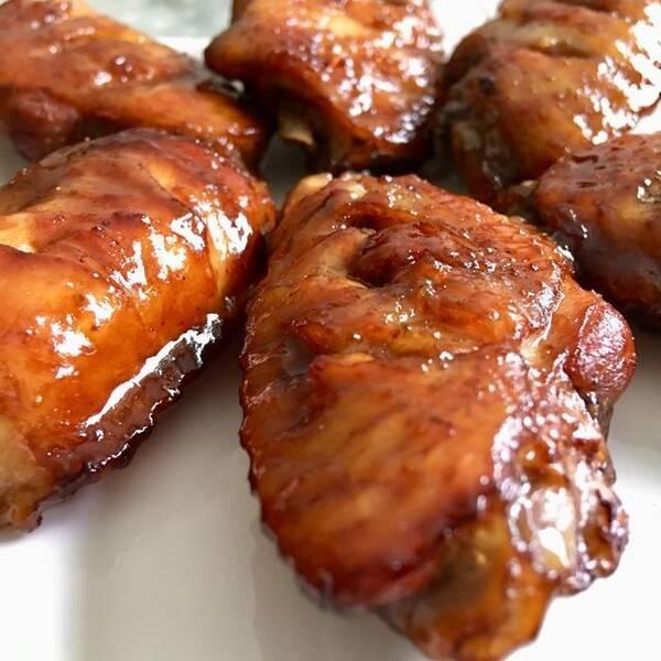 我也不记得从什么时候起,开始喜欢做蜜汁烤翅这道菜了。反正自从买了那台30升的烤箱,不管是烤鱼烤肉,还是烤蛋糕面包,只要是能用烤箱烤一烤的,我都要试试。 蜜汁烤翅做起来特别简单,因为刷了蜂蜜的缘故,让鸡翅咸香中透着甜蜜。我觉得比红烧可乐鸡翅好吃多了,不仅孩子们喜欢吃,大人也非常喜欢。  如果你的家里正好有个小烤箱,你想给孩子做一道不一样的,一下子就能让他/她爱上的菜,做这个蜜汁烤翅就对了。 简单三步走,来看看这道蜜汁烤翅是怎么做出来的: 第一步,腌。把买回来的鸡翅中冲洗干净,控控水,盛到容器里,给每个翅中背