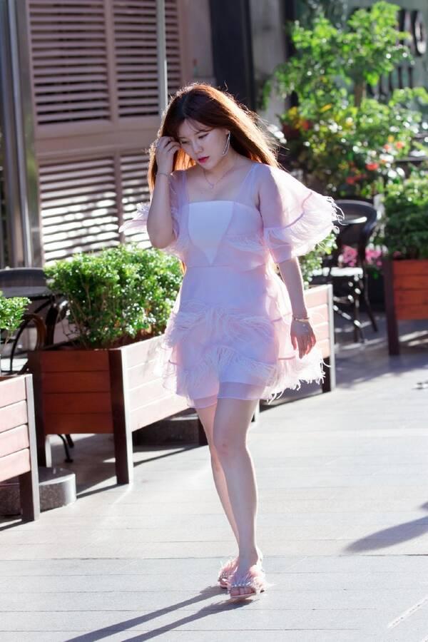 粉色的薄纱透明装白色打底,这样个性的连衣裙的在时尚街头还是非常的图片