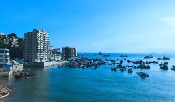 7月5日18时45分许发生在泰国的那起可怕的沉船事故,两艘载有127名中国游客的船只在返回普吉岛途中遇特大暴风雨发生倾覆。 据新华社7月9日消息:泰国普吉府府尹诺拉帕9日在新闻发布会上说,目前游船翻沉事故中已有41具遇难者遗体完成打捞,仍有5人生死不明。 这是惨痛的教训,我们要痛定思痛,出国旅游海上项目要注意以下几个方面: 筑牢安全意识 游客需要增强安全防范意识,关注旅游、外交等有关部门发布的出行提示,提前了解旅游目的地天气、卫生、交通、突发事件、社会治安等情况,重点防范涉水活动、野外和空中项目、交通、