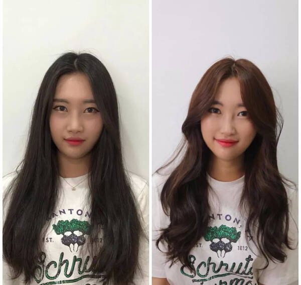 圆脸中分烫发尾发型,将发顶上的头发顺着头型梳到靠后的地方,发丝沿着图片