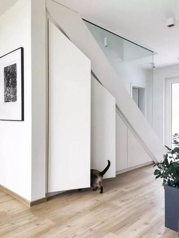 再根据楼梯附近的功能空间,来定柜体的用途,比如说楼梯旁边是餐厅