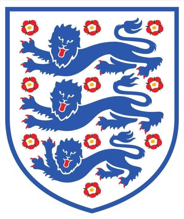 梁塔塔 经过近一月的鏖战,俄罗斯世界杯的赛程已进入尾声,法国队1:0力克比利时挺进决赛,而英格兰则1:2惜败克罗地亚,遗憾告别本届世界杯的赛场。 作为世界传统强队的英格兰,其队徽上三头狮子的标志在国际足坛一直具有很强辨识度,英格兰队也因此被称为三狮军团。而本届世界杯上,三狮军团从一开始的被球迷戏称为三喵军团,至一路杀进4强挺进半决赛,几场酣畅淋漓的比赛已为球迷带来了太多的惊喜和希望。  英格兰国家足球队队徽  被球迷P成三喵军团的队徽,其实也有点萌 自狮心王理查一世12世纪统治英格兰以来,三头狮子的