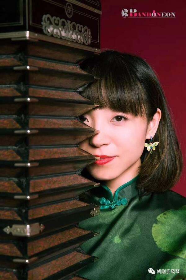 王丹班多钮演奏探戈版《贝加尔湖畔》