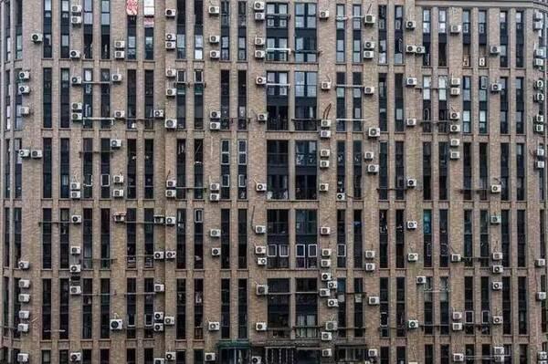 好的立面设计会考虑到空调机位,把空调机位隐藏和美化,使之与造型相