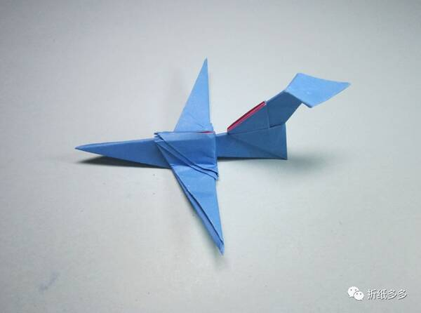 手工折纸教程,比较简单的一款组合型的纸飞机折法,纸