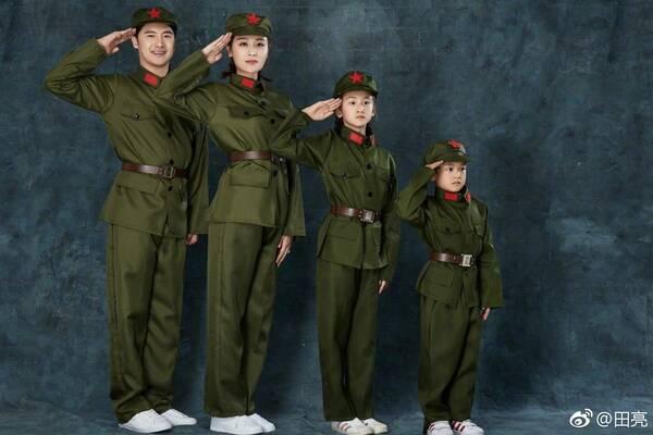 照片中,田亮,叶一茜和女儿田雨橙,儿子田宸羽身穿军装敬礼,一家人穿图片
