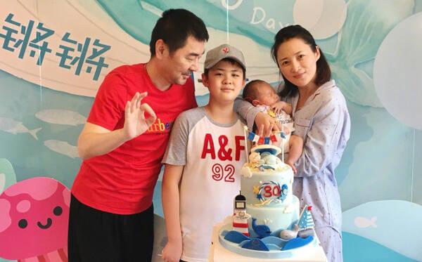 陈建斌老婆是谁_在最后一张照片中,陈建斌更是和老婆作亲嘴状,整个画面显得特别甜蜜.
