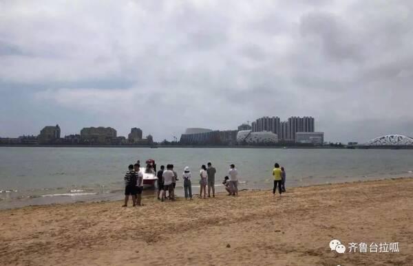 北京8岁双胞胎姐妹在青岛海滩失踪!警方最新通报,一人
