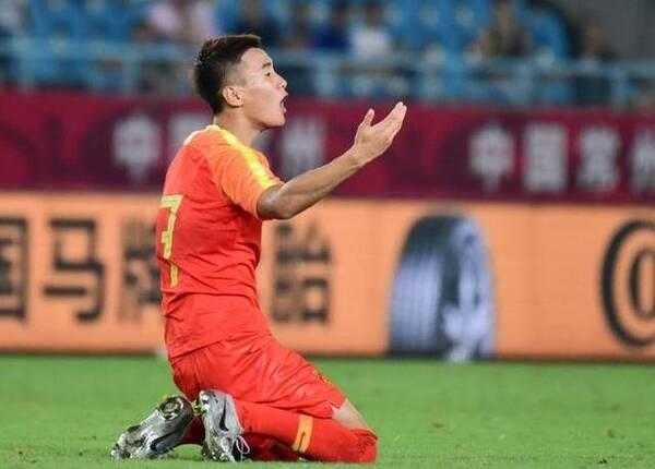 国足友谊赛,韦世豪一直跟人较劲,最后,连马达洛尼都看图片