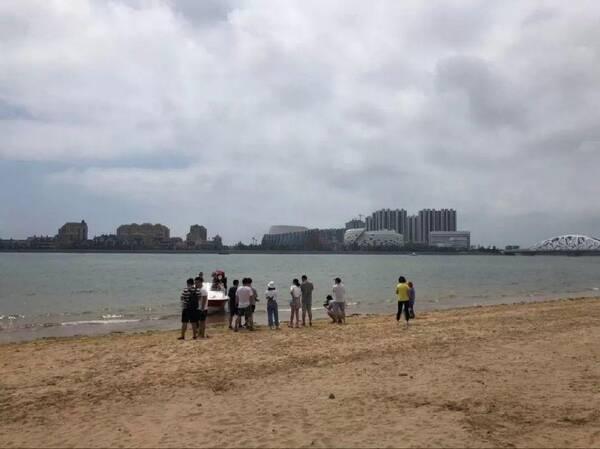 于8月5日15:00左右 在青岛西海岸新区 万达公馆南侧海滩走失, 身高