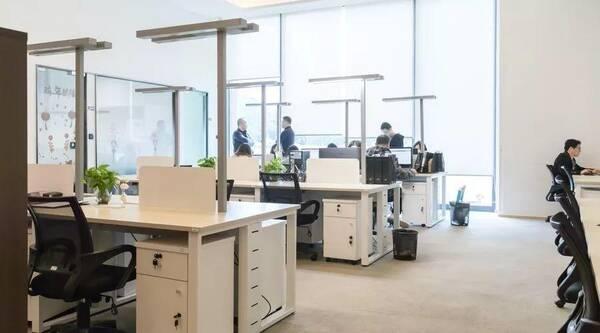 开放式装修设计 这个主要就是指大的空间办公室,这种装修风格在大公司中应运的比较多,利于员工之间的协作,可以加强团队意识,还可以有效的减少办公区域面积。缺点主要就是办公比较杂乱,人员容易造成相互干扰。 公寓式装修设计 公寓式的办公室装修目前是非常流行的,特别是近几年小公司的发展速度,更是让这样的办公环境也得到发展,这也成为很多小型公司的首要选择,同时也会省去相当一部分的费用。 如果在装修上有疑问,欢迎在下方留言与小编分享~ 本文来自大风号,仅代表大风号自媒体观点。