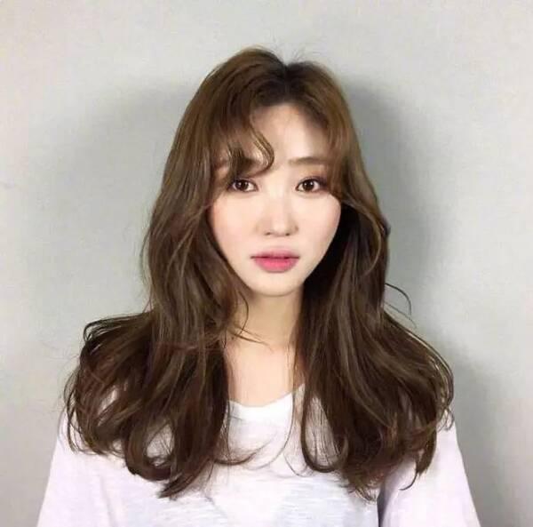 八字刘海搭配上外螺旋微卷的发型,外螺旋微卷比较适合长发女生呢,适合