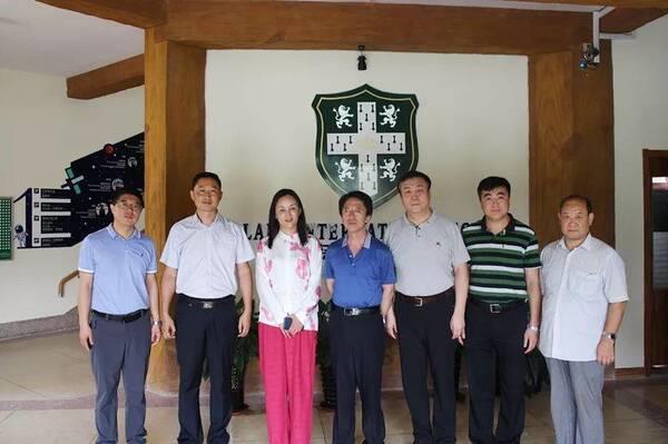12日,文昕中学韩校长到访青岛银河学校参观考察,与两栖教育集团董事长
