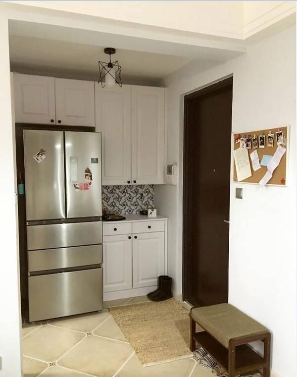 放置上一开始没有设计好,空间小,他把冰箱放在了入户玄关的鞋柜旁边图片