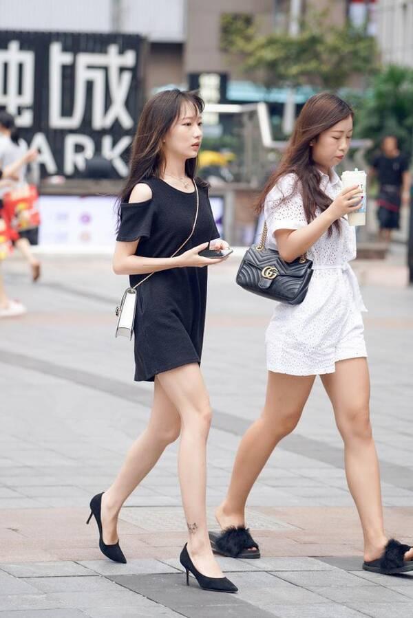 下面给大家献上一组时尚国内街拍美图,美女最爱的高跟鞋,时尚配饰