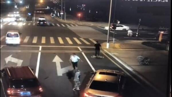 一辆宝马车开车碰到一辆电瓶车,车中数人下车后与电动车男子发生口角
