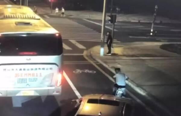 宝马纹身男追砍电动车主反被杀,电动车主属于正当防卫?