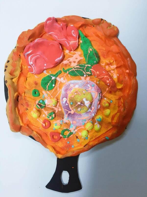 喜欢的话,请关注小贝壳美术,每天为你推荐更多更有趣的少儿美术作品创作方法,让我们在教育的路上与你同行! 《披萨》 适合年龄:3.5-5.5岁 孩子作品欣赏:     如果你也喜欢这篇文章,请转发到朋友圈和朋友们一起分享吧! 朋友们也会感谢您对艺术与美的分享,谢谢你! 请关注小贝壳美术,每天为你推荐更多更有趣的少儿美术作品创作方法等! 在这里,我想为你呈现一幅中国儿童美术教育的清明上河图。 本文来自大风号,仅代表大风号自媒体观点。