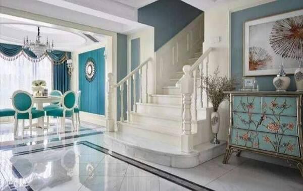 实木楼梯,角落是古典欧式风格展示柜,繁复的花鸟图案,尽显欧式的华丽.