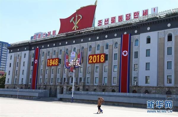 9月8日,在朝鲜首都平壤,一名女子走过金日成广场.