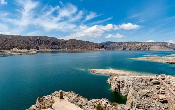 核心景区位于龙羊峡镇,距海南州府恰卜恰48公里,距省会西宁147公里,处