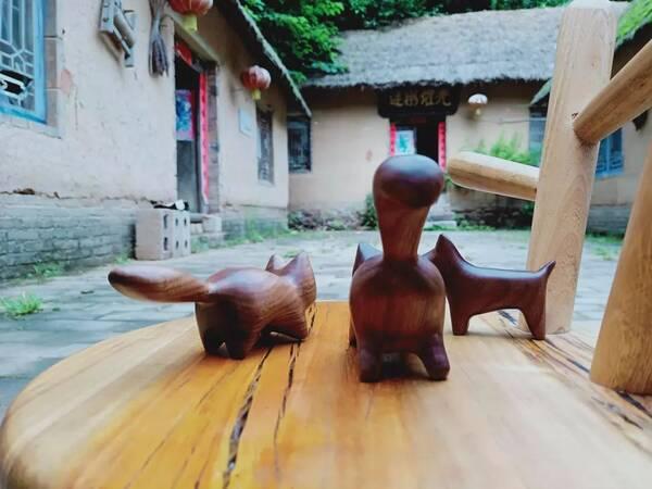 栾川90后重庆妹子木匠工艺辣味十足,创意木