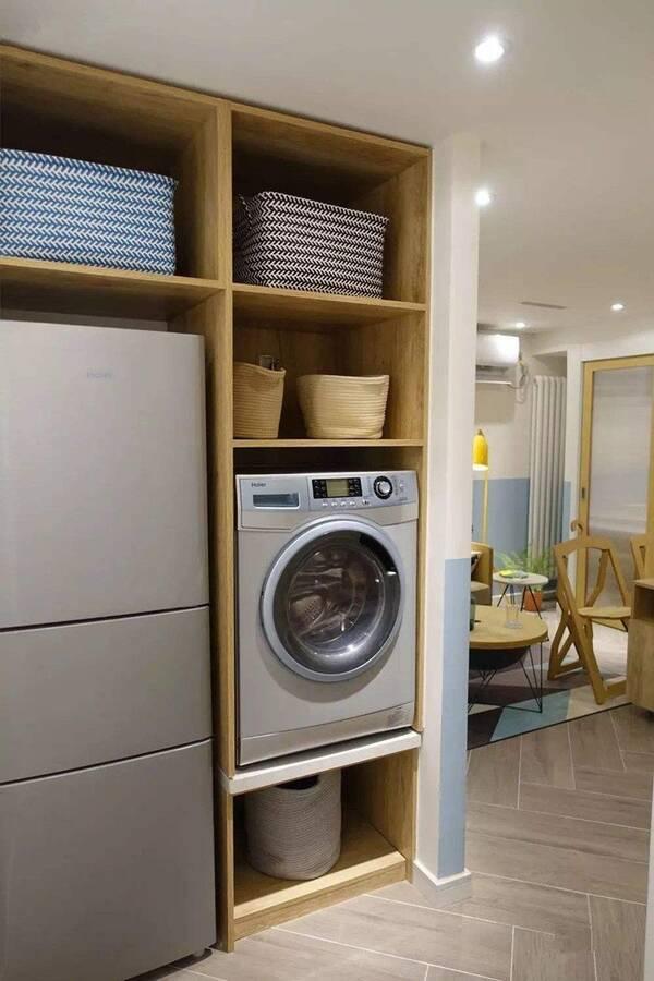 如下图所示,嵌入式的柜子将冰箱与洗衣机一并放在内,而且就在开放式图片