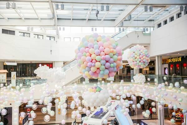 1楼平台还有梦幻的云朵和热气球造型的巨型气球模型,满足每个小仙女图片