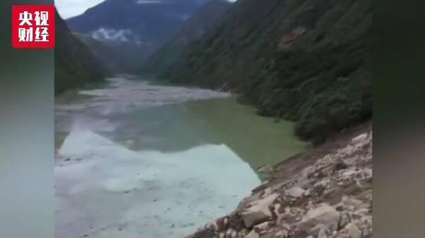 金沙江堰塞湖坝体被冲开,原滑坡山体处现300米长大
