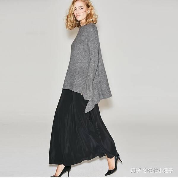 宽松的灰色针织衫搭配黑色长裙,脚踩一双高跟鞋,休闲的简约穿搭,时髦