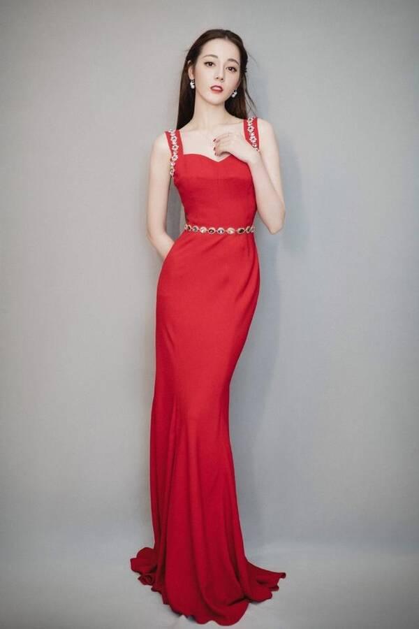 红裙的照片,估计所有人都能看出林心如实际是要比热巴宽出很多的感觉