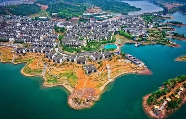 人们根据千岛湖水下考古的成果在千岛湖畔复原建造了文渊狮城,千年之