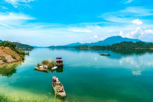 梅峰观岛位于千岛湖中心湖区西端的状元半岛上,登高观岛,水上泛舟