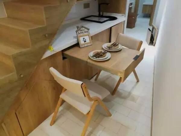 设计师将餐厅设计在楼梯下的吧台,可抽拉式餐桌,将空间利用最大化.