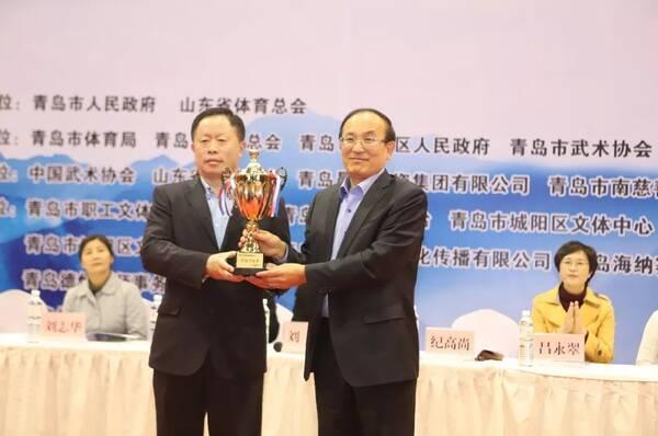 开幕式上,青岛市体育局局长纪高尚同志为支持单位代表颁发奖杯