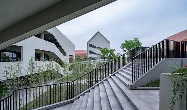 连廊在满足双层交通空间的同时,放大尺度的平台和廊下围合的庭院也图片